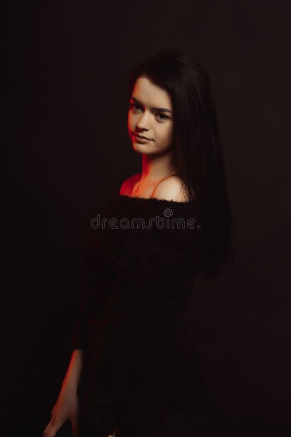 Modellprov med den stilfulla brunettmodellen i stuckit posera för tröja royaltyfri bild