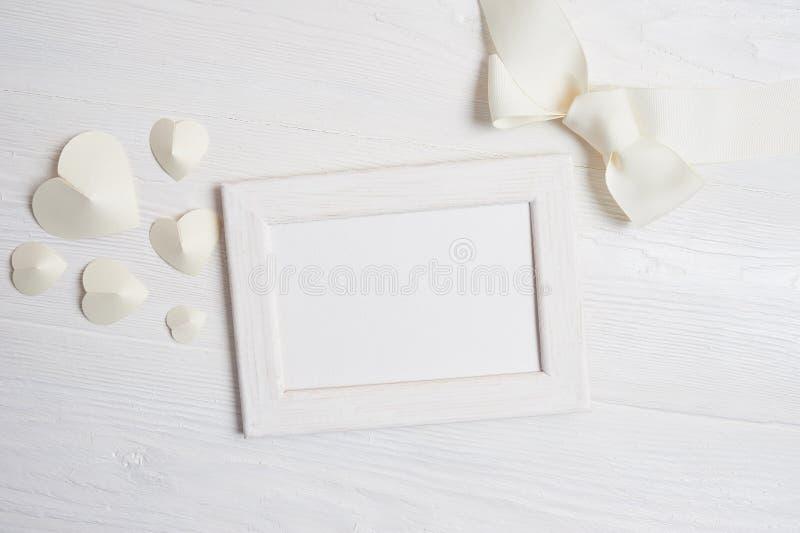 Modellrahmen mit Blumen und Bogengrußkarte für Valentinsgruß-Tag oder Hochzeit mit Platz für Ihren Text Flache Lage, Spitze stockbilder
