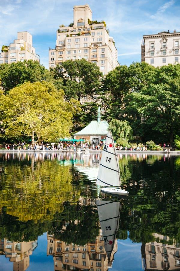 Modellsegelbåt på en sjö i New York City royaltyfri fotografi