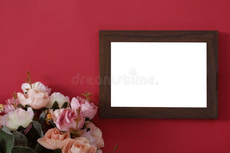Modellträfotoram med utrymme för text eller bild på röd bakgrund och blomman arkivbilder