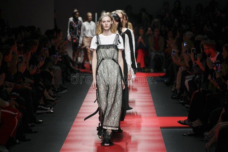 Modellweg das Rollbahnfinale während des N Modeschau 21 stockfoto