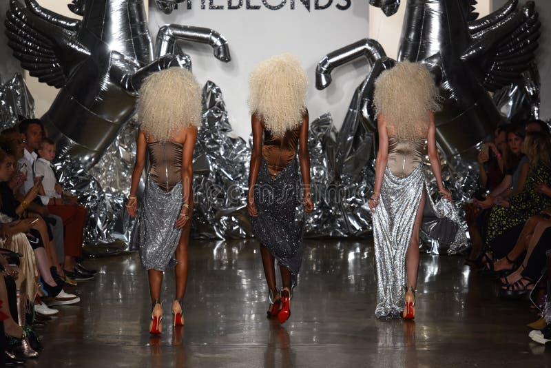 Modellweg die Rollbahn an der Blonds-Modeschau lizenzfreie stockbilder