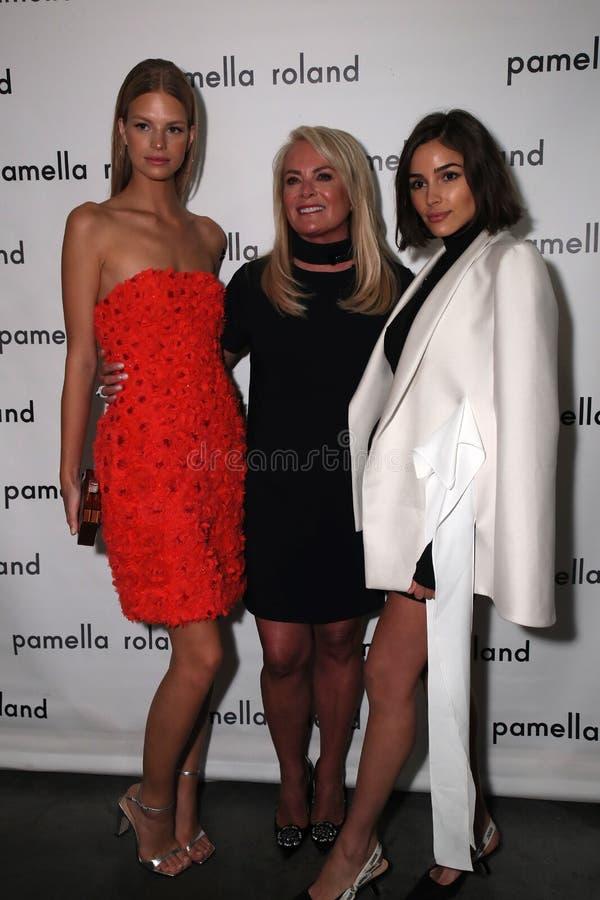 Modelnadine leopold, de ontwerper Pamella Roland en de actrice Olivia Culpo stellen coulisse stock foto's