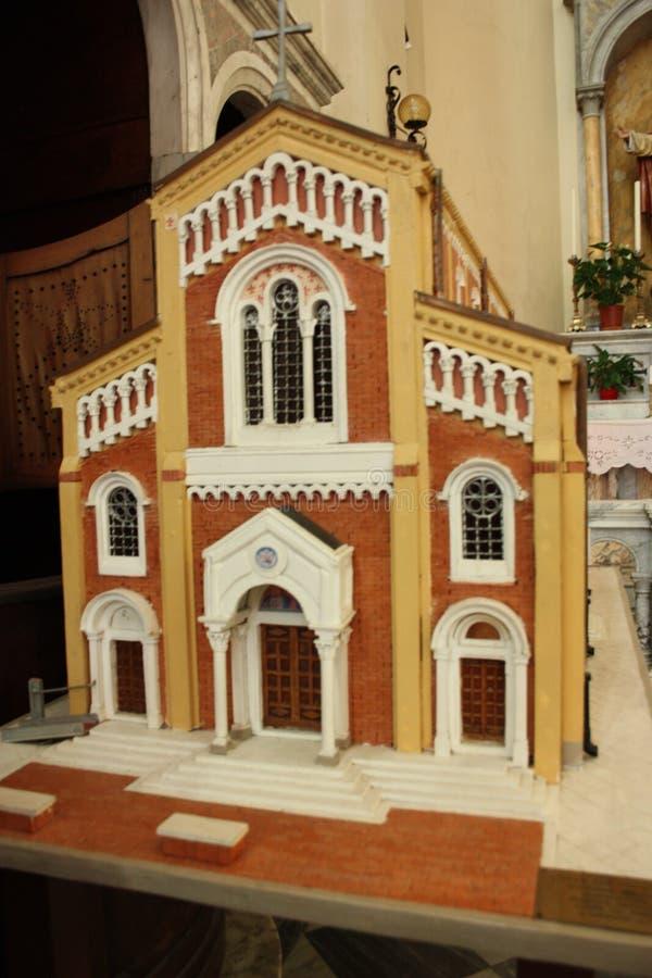 Modelo à escala de uma igreja vermelha imagens de stock