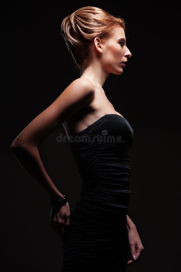 Modelo à moda na escuridão imagens de stock royalty free