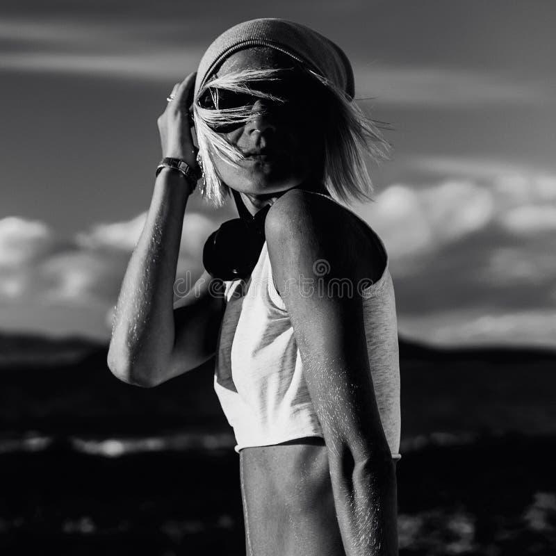 Modelo à moda na roupa elegante no deserto preto e branco foto de stock