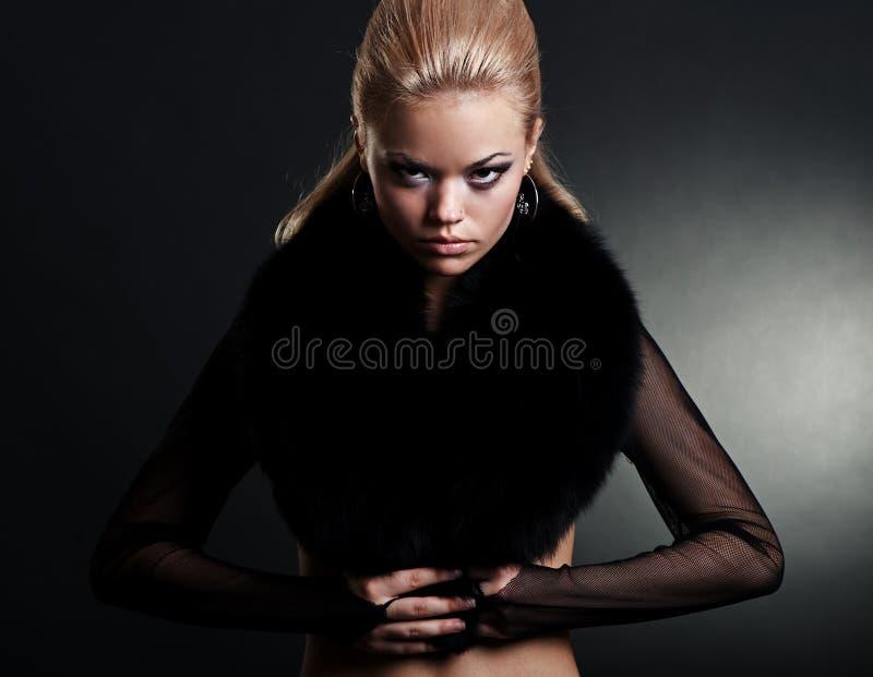 Modelo à moda no preto imagens de stock