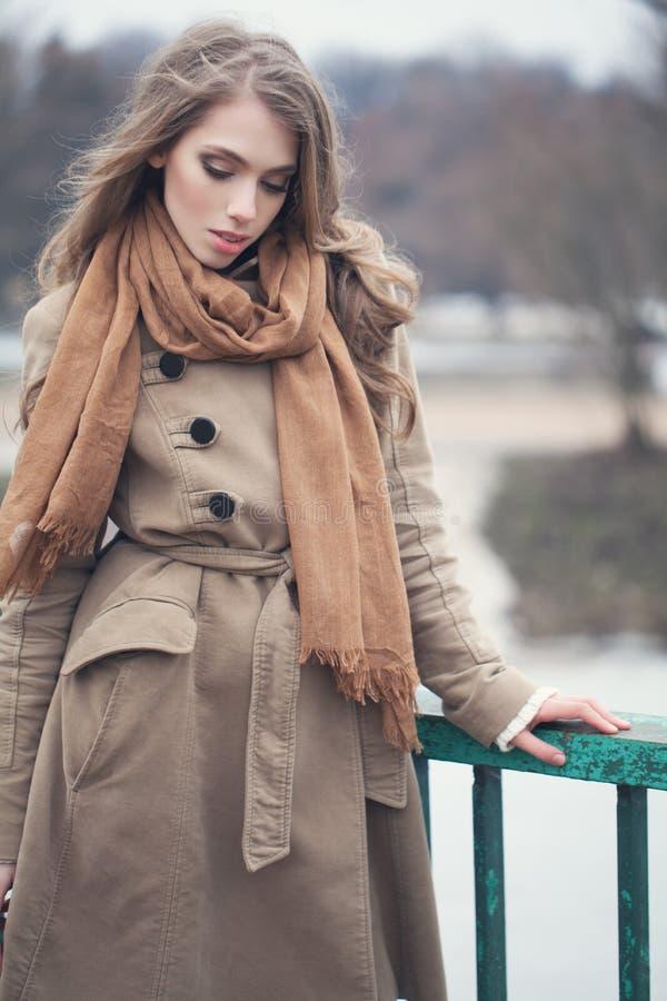 Modelo à moda que veste o revestimento marrom fora fotografia de stock royalty free