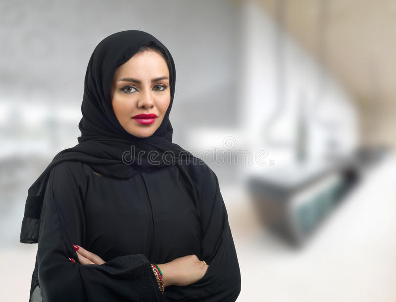 Modelo árabe bonito no hijab foto de stock
