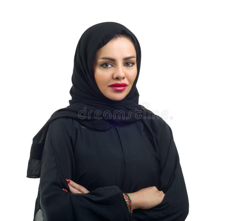 Modelo árabe bonito no hijab que levanta e isolado no branco imagem de stock
