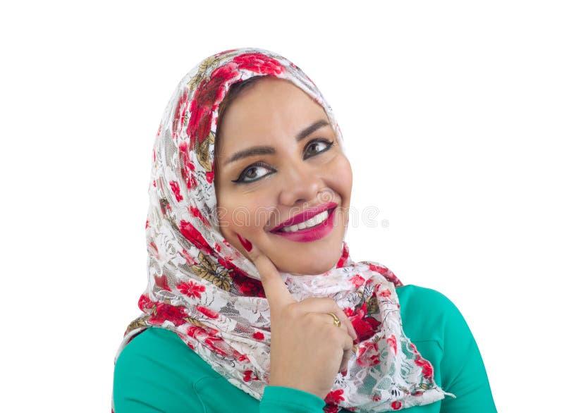 Modelo árabe bonito no hijab que levanta e isolado no branco fotografia de stock royalty free
