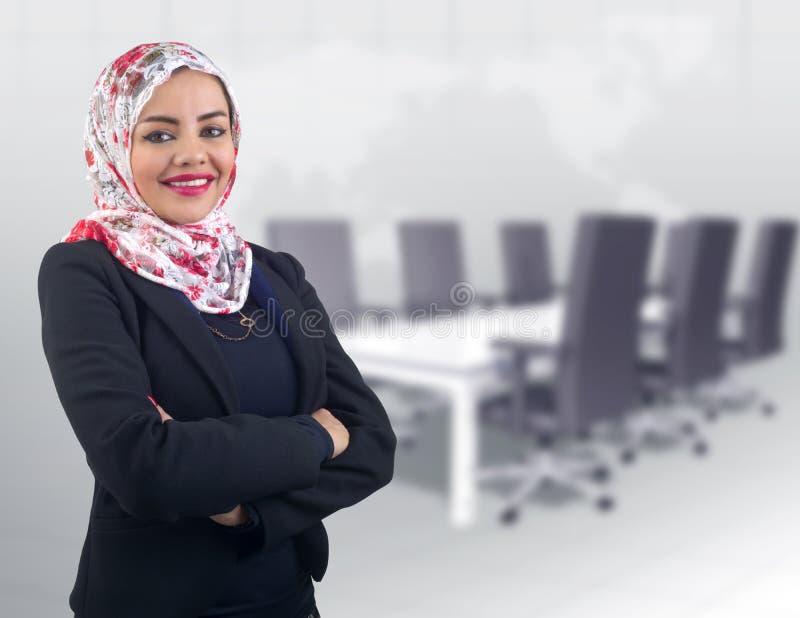 Modelo árabe bonito no levantamento do hijab fotografia de stock royalty free