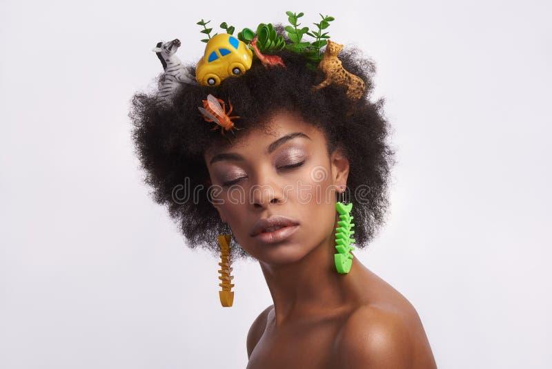 Modelo étnico calmo com penteado impar do safari foto de stock