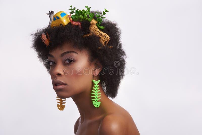 Modelo étnico gracioso com penteado impar do safari fotos de stock royalty free