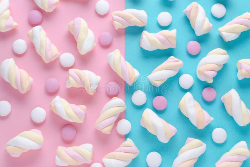 Modelo abstracto con la melcocha y candys en rosa y fondo azul foto de archivo
