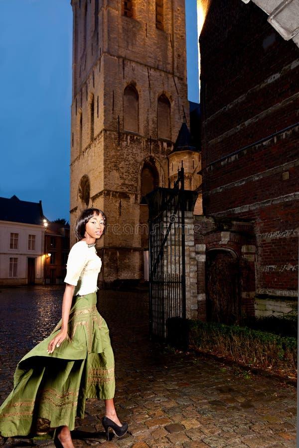 Modelo africano na cidade velha do vestido vitoriano imagens de stock royalty free