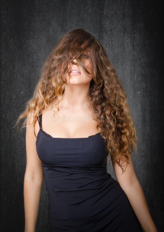 Modelo agradável com cabelo na cara fotos de stock royalty free
