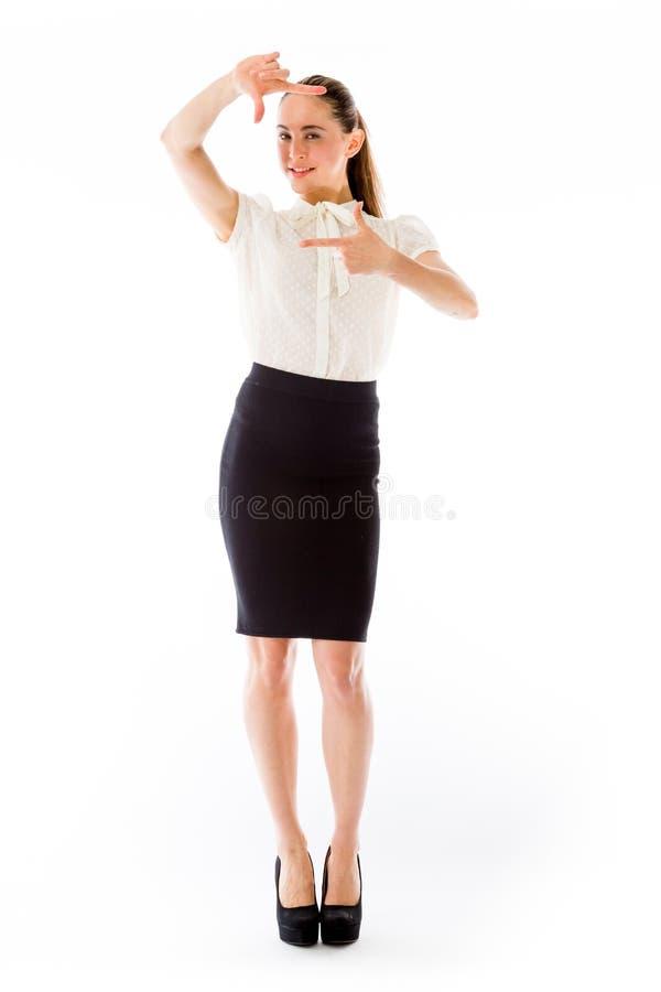 Modelo aislado en gesto de mano llano del fondo imagen de archivo