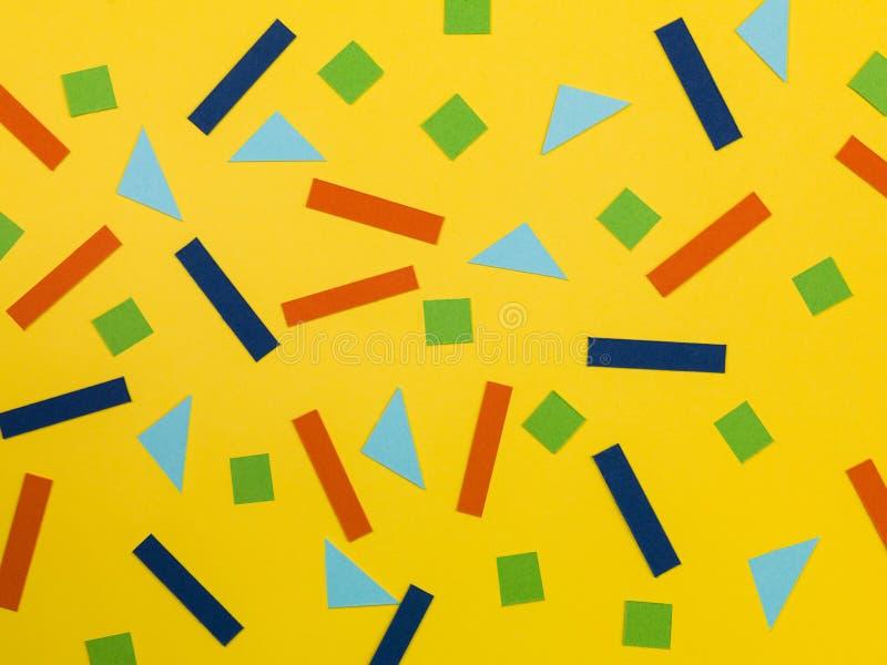 Modelo al azar de formas geométricas en un fondo amarillo stock de ilustración