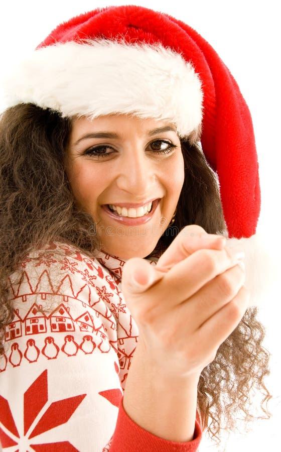 Modelo americano en el sombrero de la Navidad que señala hacia imagen de archivo libre de regalías