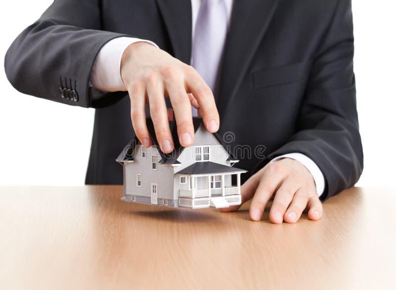 Modelo arquitectónico da casa da terra arrendada do homem de negócios foto de stock