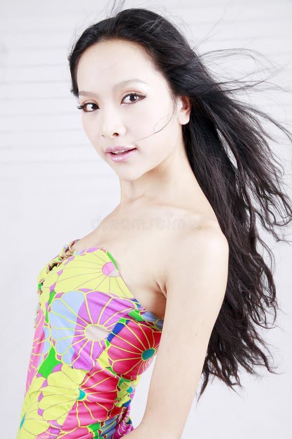 Modelo asiático con el pelo largo fotos de archivo