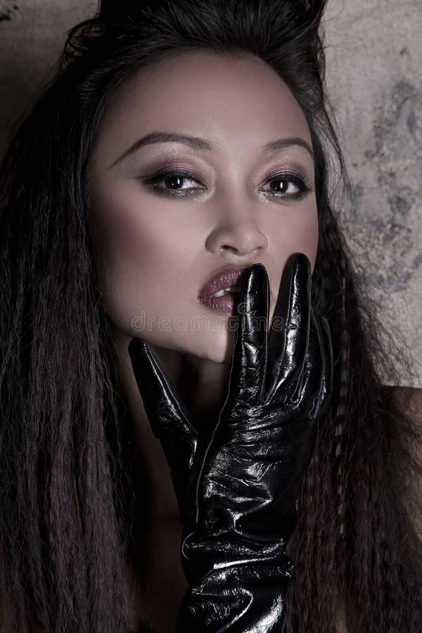Modelo asiático con un guante fotos de archivo