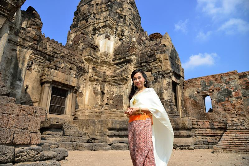 Modelo asiático en vestido tailandés tradicional foto de archivo