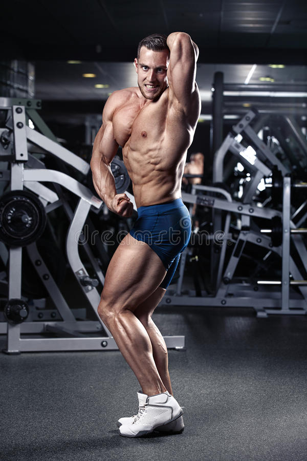 Modelo atlético fuerte Torso de la aptitud del hombre que muestra los músculos fotos de archivo