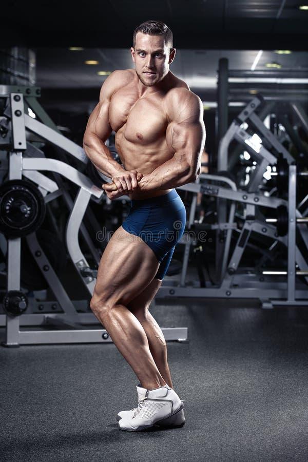 Modelo atlético fuerte Torso de la aptitud del hombre que muestra los músculos imagen de archivo libre de regalías