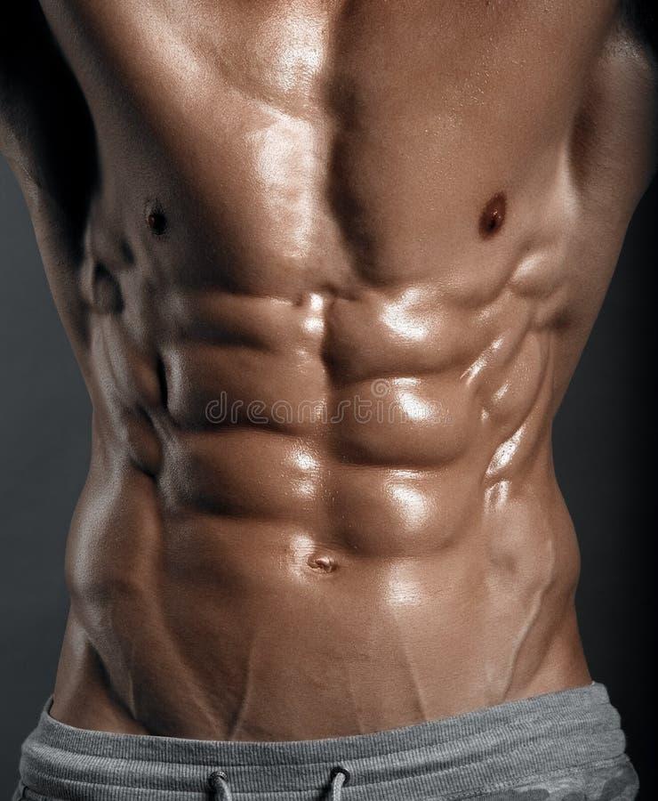 Modelo atlético fuerte Torso de la aptitud del hombre que muestra seis ABS del paquete imágenes de archivo libres de regalías