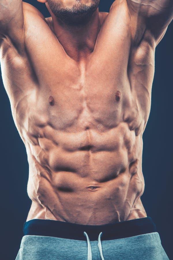 Modelo atlético fuerte Torso de la aptitud del hombre que muestra seis ABS del paquete Es fotografía de archivo