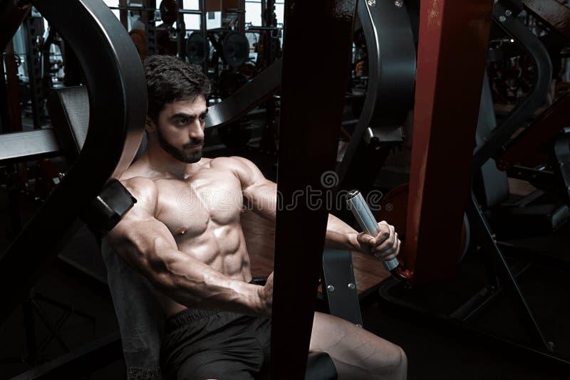 Modelo atlético muscular da aptidão do halterofilista imagens de stock royalty free