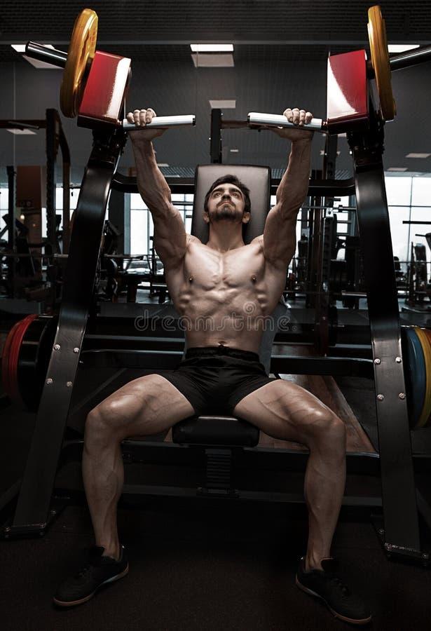 Modelo atlético muscular da aptidão do halterofilista foto de stock royalty free