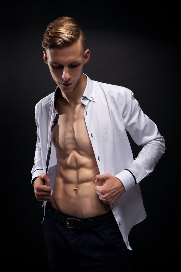 Modelo atlético novo Torso da aptidão do homem que mostra seis Abs do bloco foto de stock