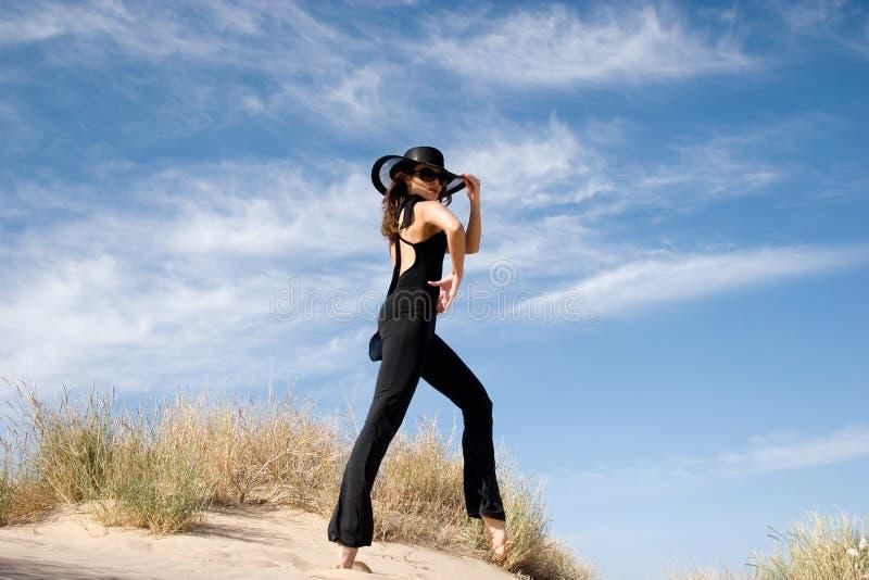 Modelo atractivo de la hembra de la manera fotografía de archivo libre de regalías