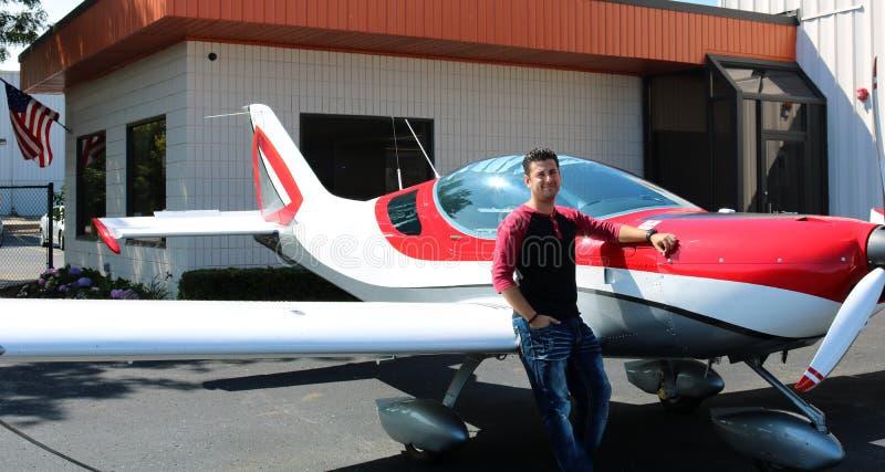 Modelo atractivo en la muchacha hermosa del avión del deporte, piloto en el pequeño avión en el campo de aviación, aeropuerto de  imagen de archivo