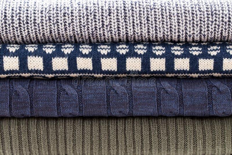 Modelo azul blanco gris doblado del suéter de los géneros de punto fotos de archivo