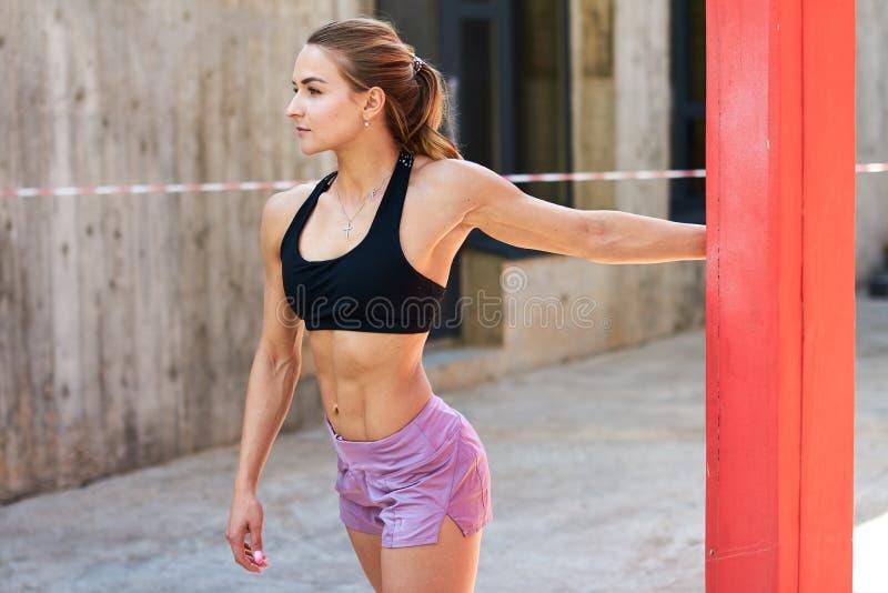 Modelo bem-construído muscular na parte superior à moda e short que olha de lado fotografia de stock royalty free