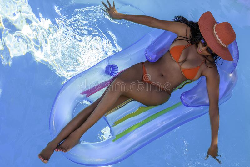 Modelo Bikini Africano-Americano em Pool fotografia de stock royalty free
