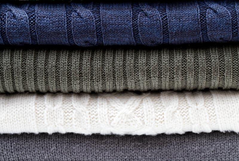 Modelo blanco del suéter de los géneros de punto y gris azul doblado fotografía de archivo libre de regalías