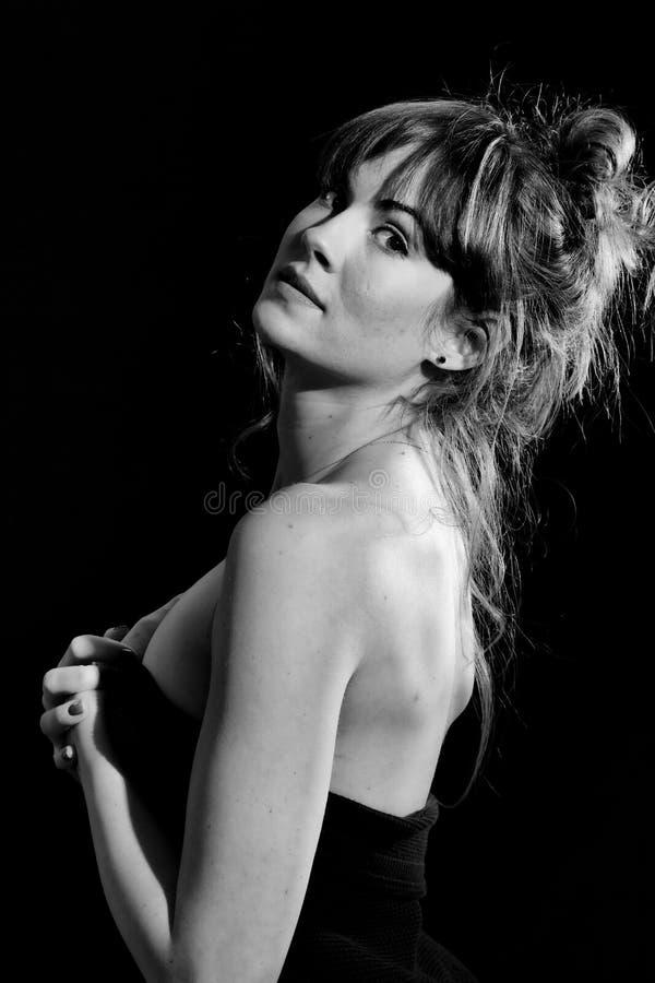 Modelo bonito alto de la mujer en fondo negro negro y blanco imagen de archivo libre de regalías