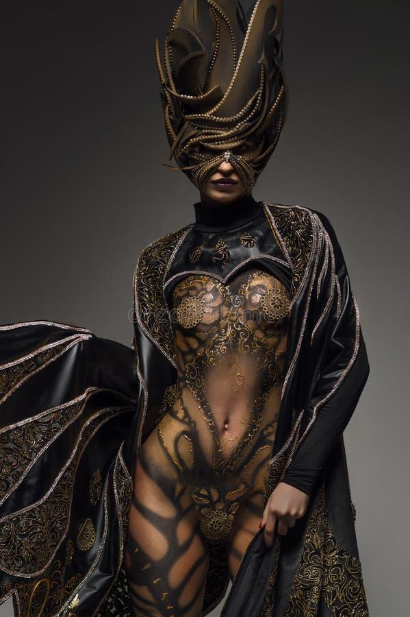 Modelo bonito com arte corporal dourada da borboleta da fantasia fotos de stock
