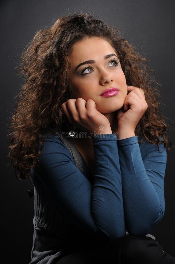 Modelo bonito com cabelo encaracolado imagem de stock