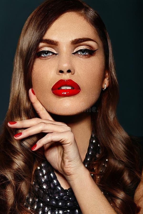 Modelo bonito com composição brilhante com bordos vermelhos imagens de stock royalty free