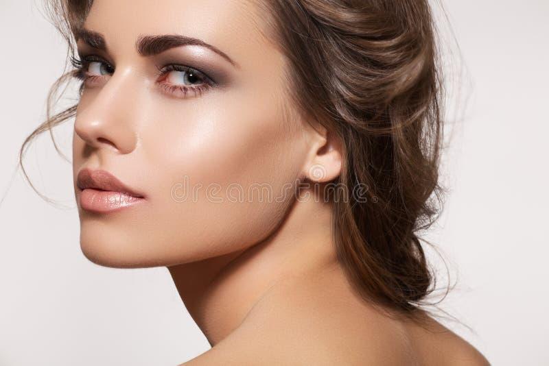 Modelo bonito com composição do penteado e da forma fotos de stock