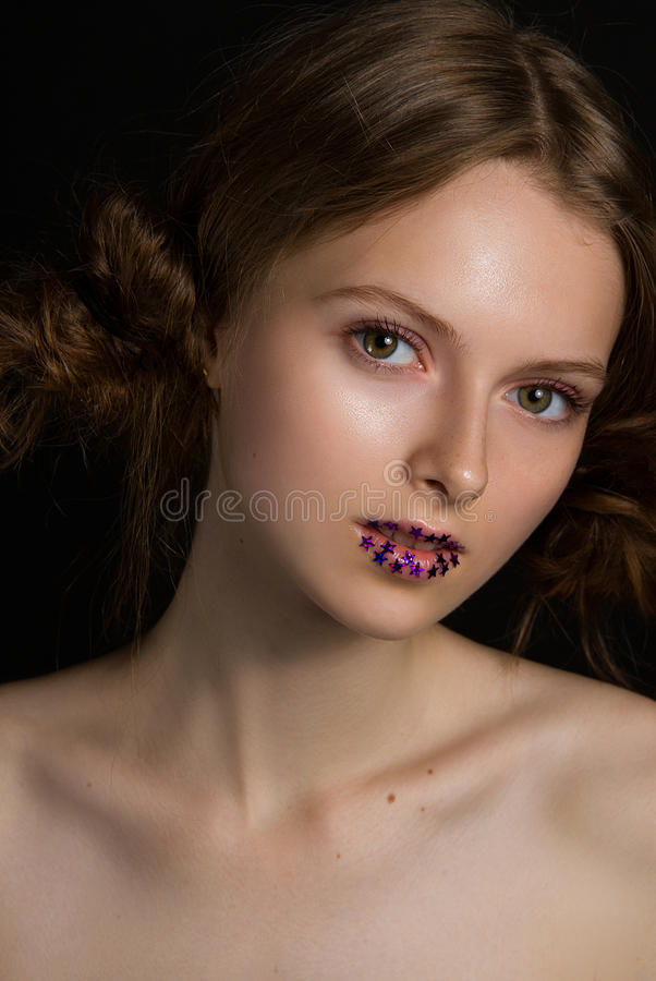 Modelo bonito com os bordos glamoroso da estrela da forma foto de stock royalty free