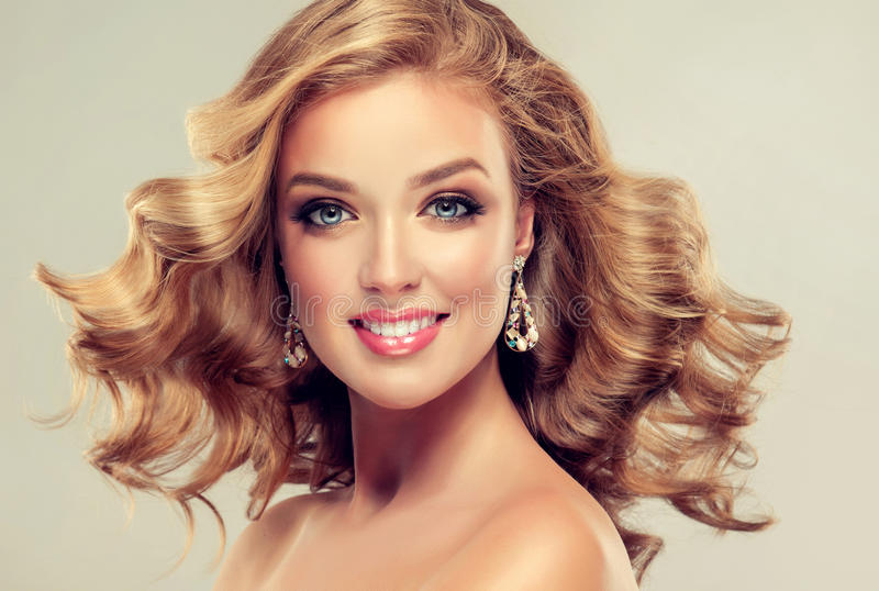 Modelo bonito com penteado elegante imagem de stock