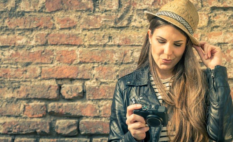 Modelo bonito con su cámara fotografía de archivo libre de regalías