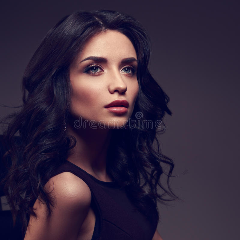 Modelo bonito da composição com testa do efeito e o posi encaracolado do penteado imagens de stock royalty free